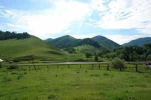 Вид на начало участка с противоположной горы от трассы