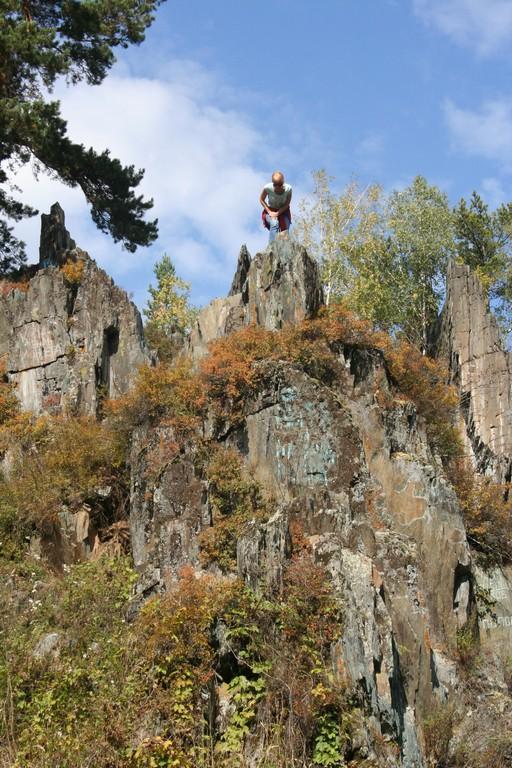 Живописная скала рядом с селом Алтайское